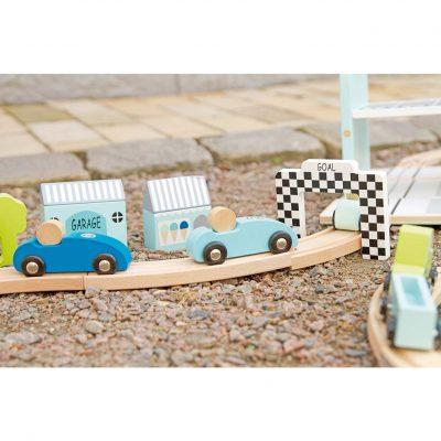Medinė lenktynių trasa su automobiliais