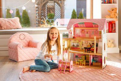 Medinis lėlių namelis - pasakų rezidencija