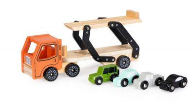 Medinis sunkvežimis su automobiliais