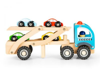 Medinis vilkikas su 4 automobiliais