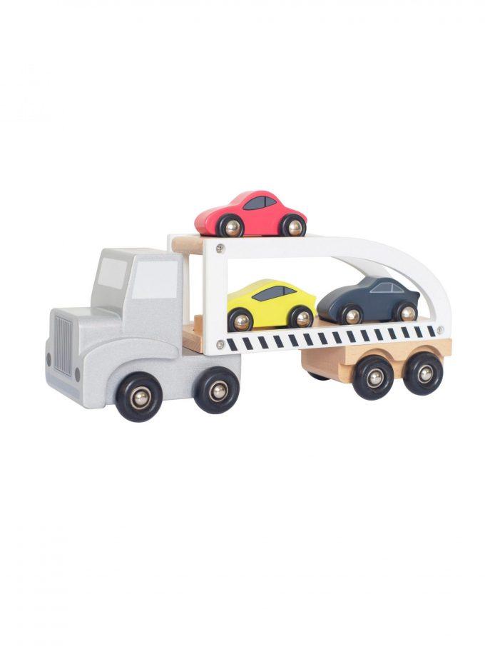 Medinis vilkikas su automobiliais