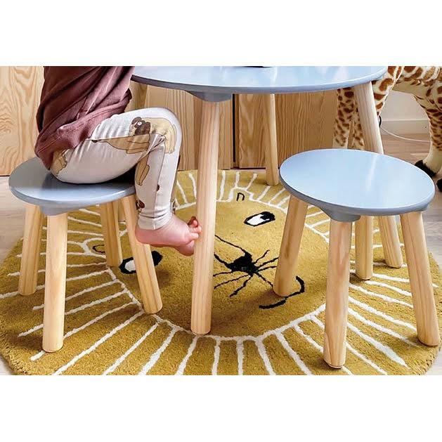 Pilkas medinis stalas su kėdėmis